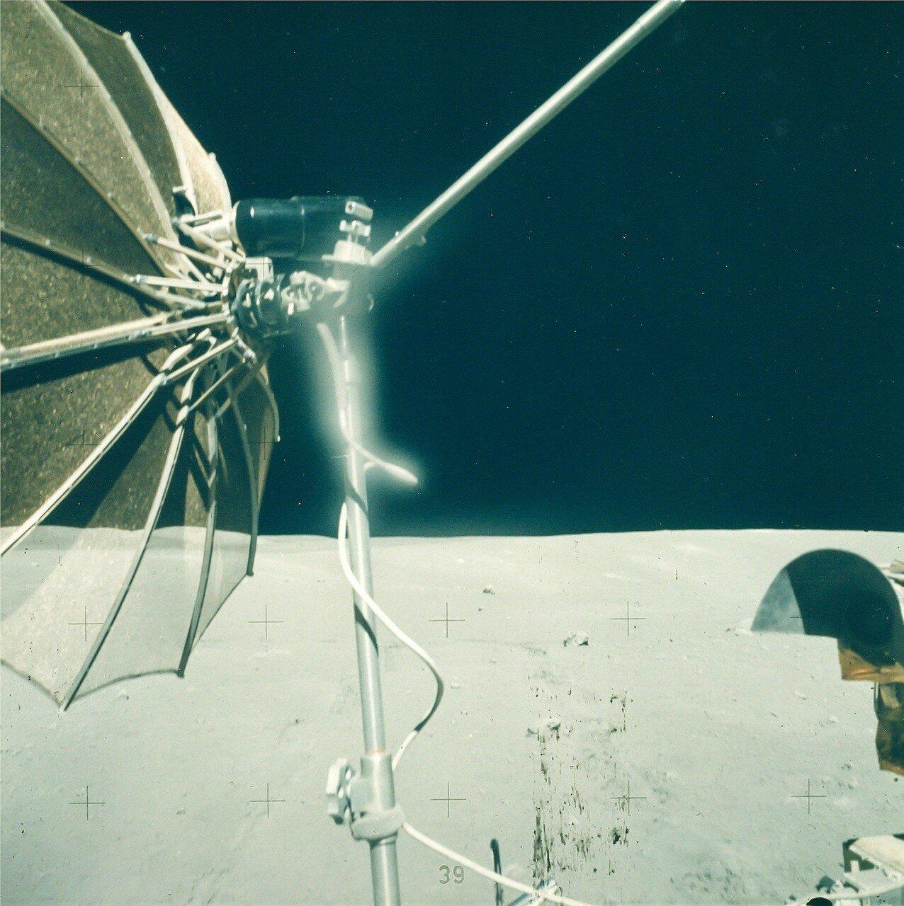 Янг, объехав кратер, отвёз «Ровер» на место последней стоянки и поставил его примерно в 90 метрах прямо позади (восточнее) лунного модуля, чтобы его телевизионная камера могла показать старт взлётной ступени «Ориона» с Луны  На снимке: Антенна «Ровера»