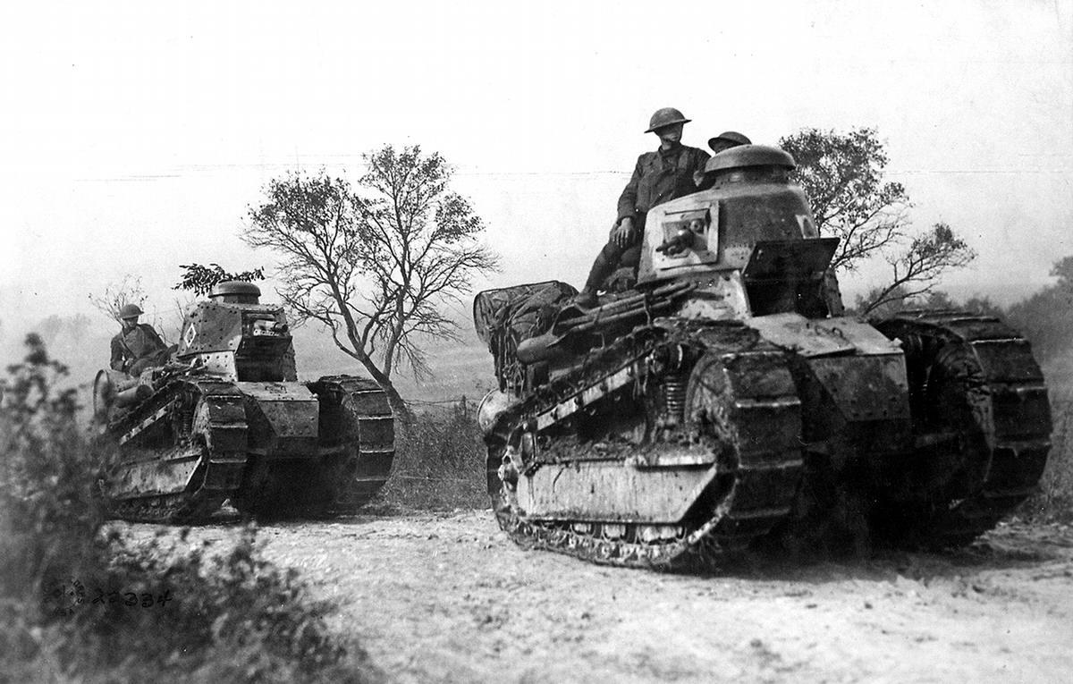 Солдаты, передвигающиеся верхом на броне французских танков Renault FT (сентябрь 1918 года) (3)