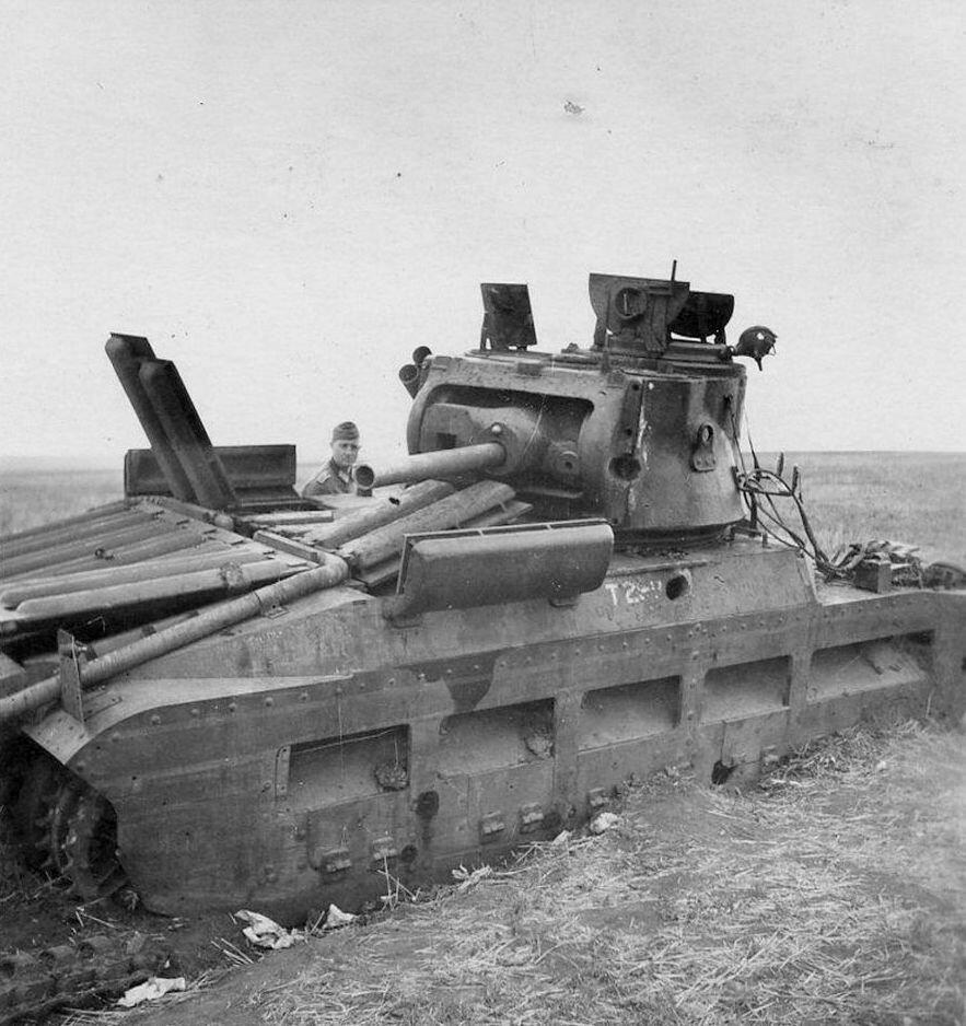 """Подбитый пехотный танк Mk.II (A12) """"Matilda II""""."""