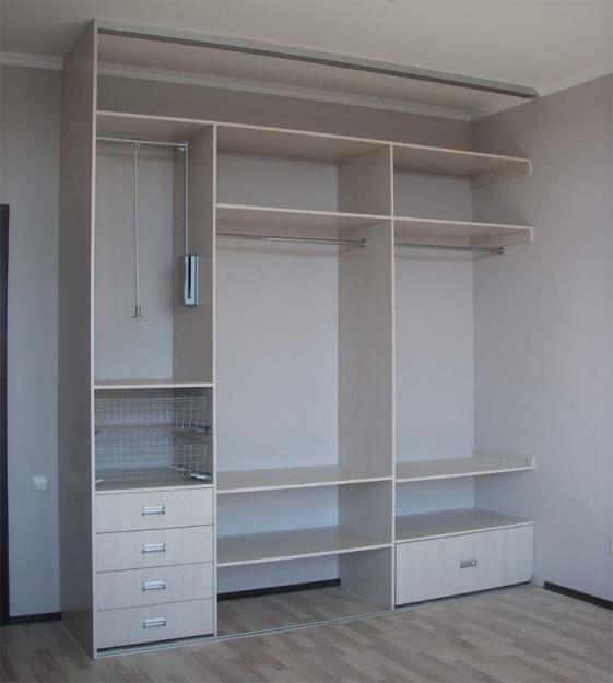 Мебельные магазины.  Встроенная мебель или шкафы-купе, не имеют корпуса; задние и боковые стенки, верхние и нижние...