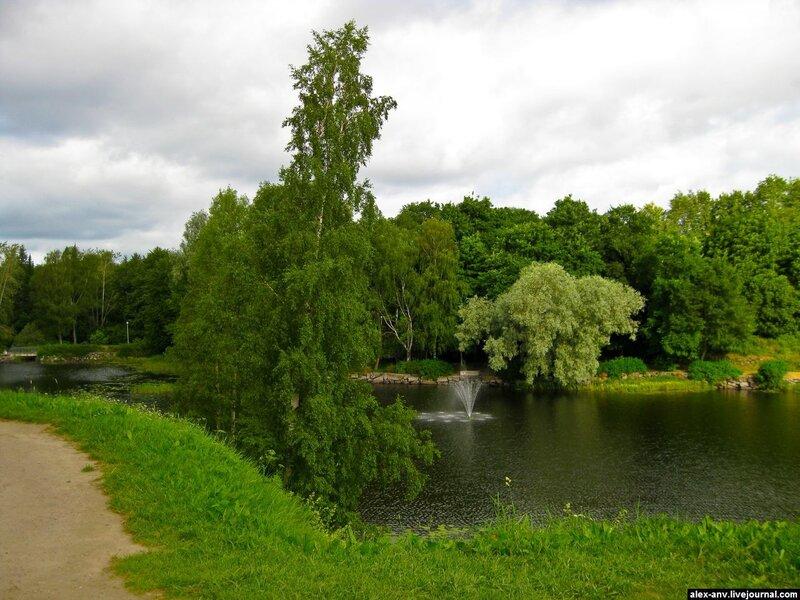 Фонтан посреди озера