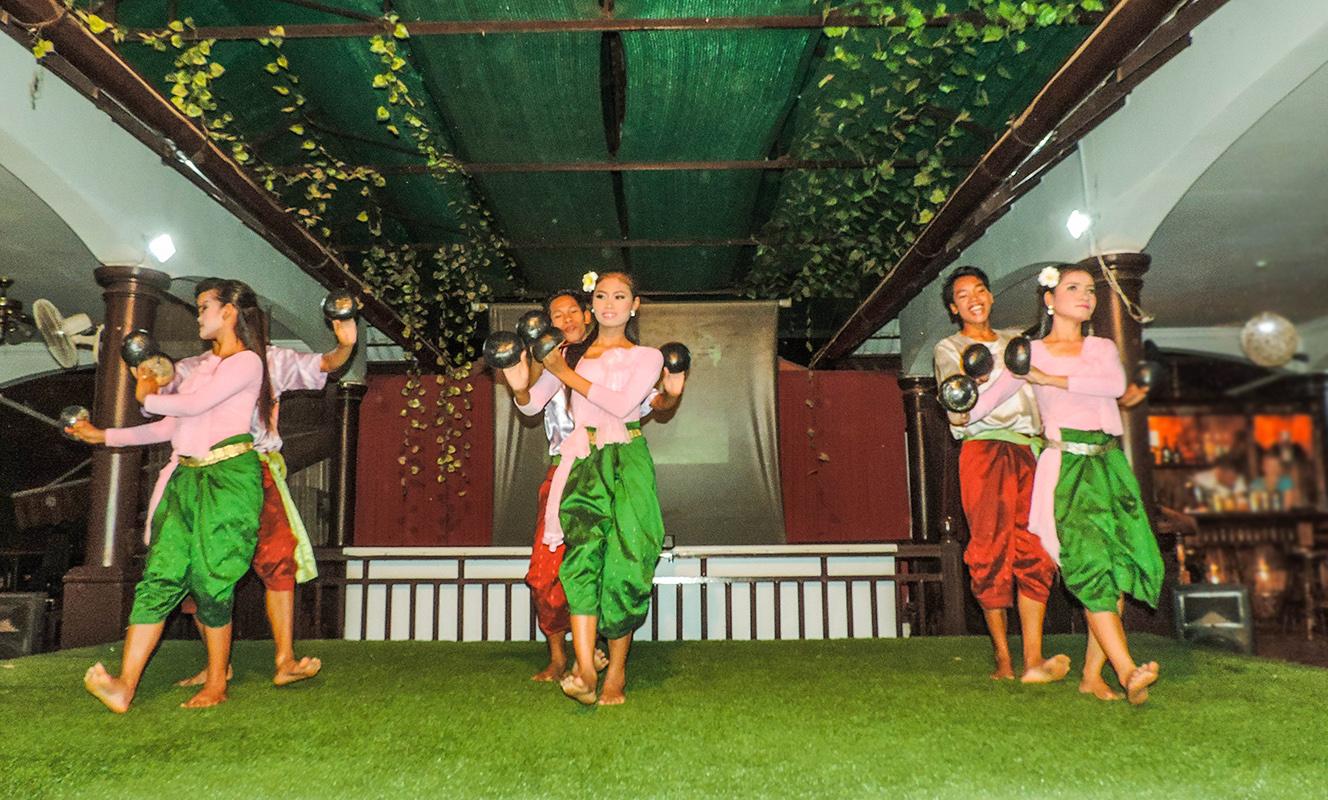 Танец с кокосами