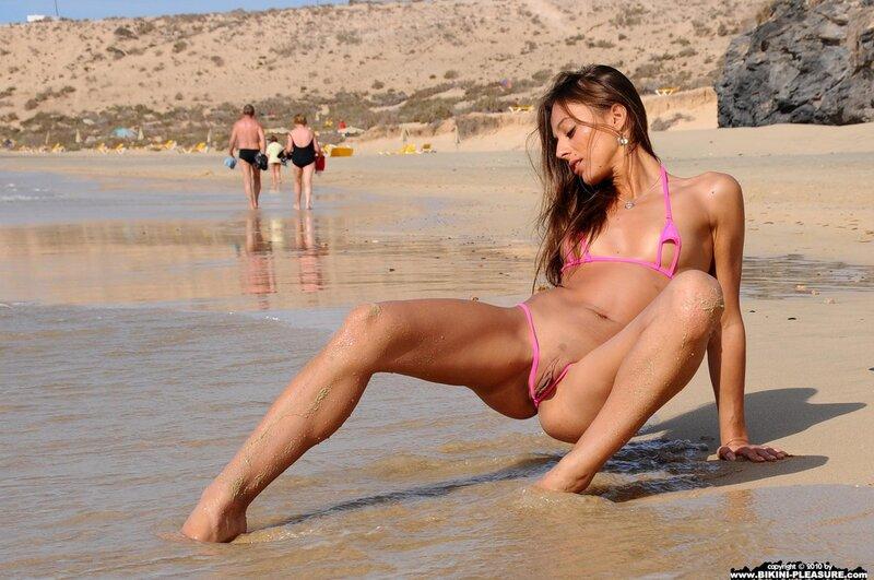 жэнщины в бикине и голые еа пляжэ фото