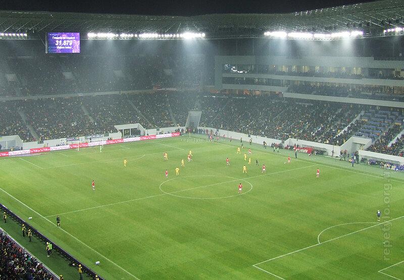 На стадіоні було 31 879 глядачів.