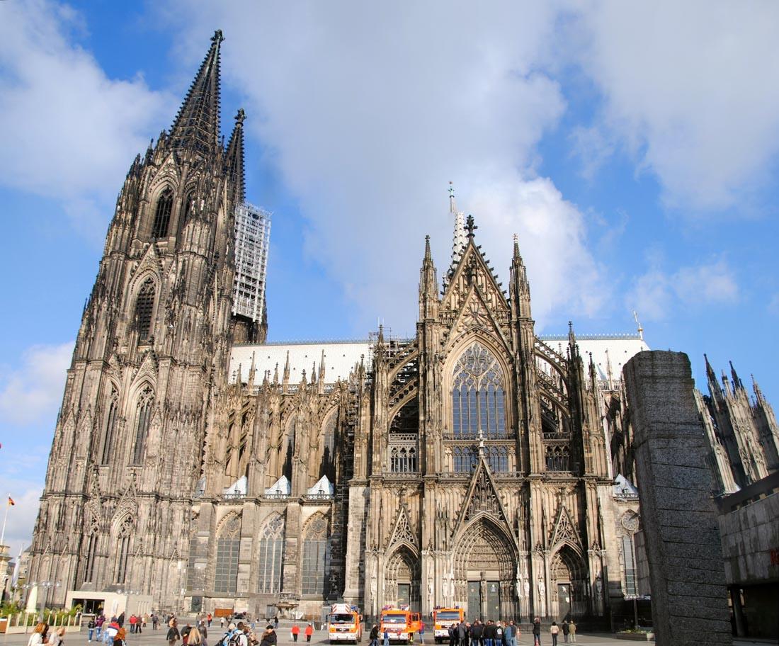 Кёльнский собор (Кёльн) — внесен в список самых высоких церквей мира (157 метров), является объектом