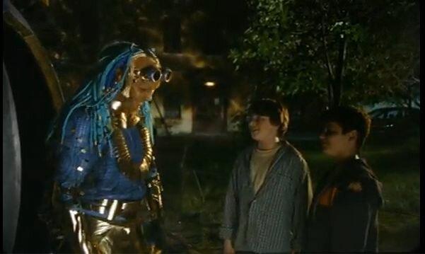 """Хитровка в кадрах из фильма """"Азирис Нуна"""". 2006 год. Стас и Костя прощаются с Шидлой во дворе дома Телешова."""