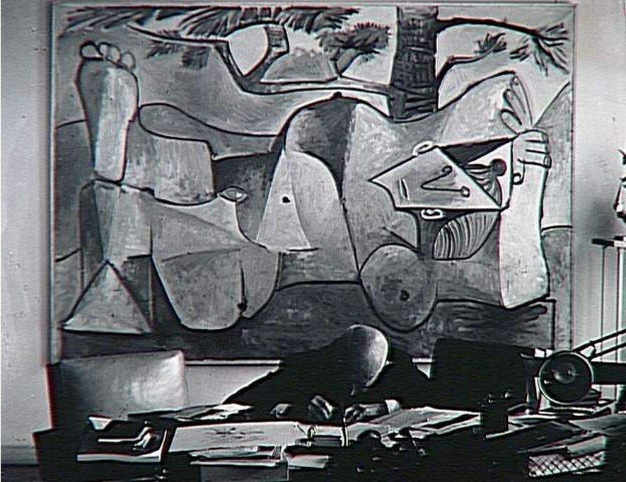 1962. Канвейлер пишет письмо за своим столом на улице Монсо