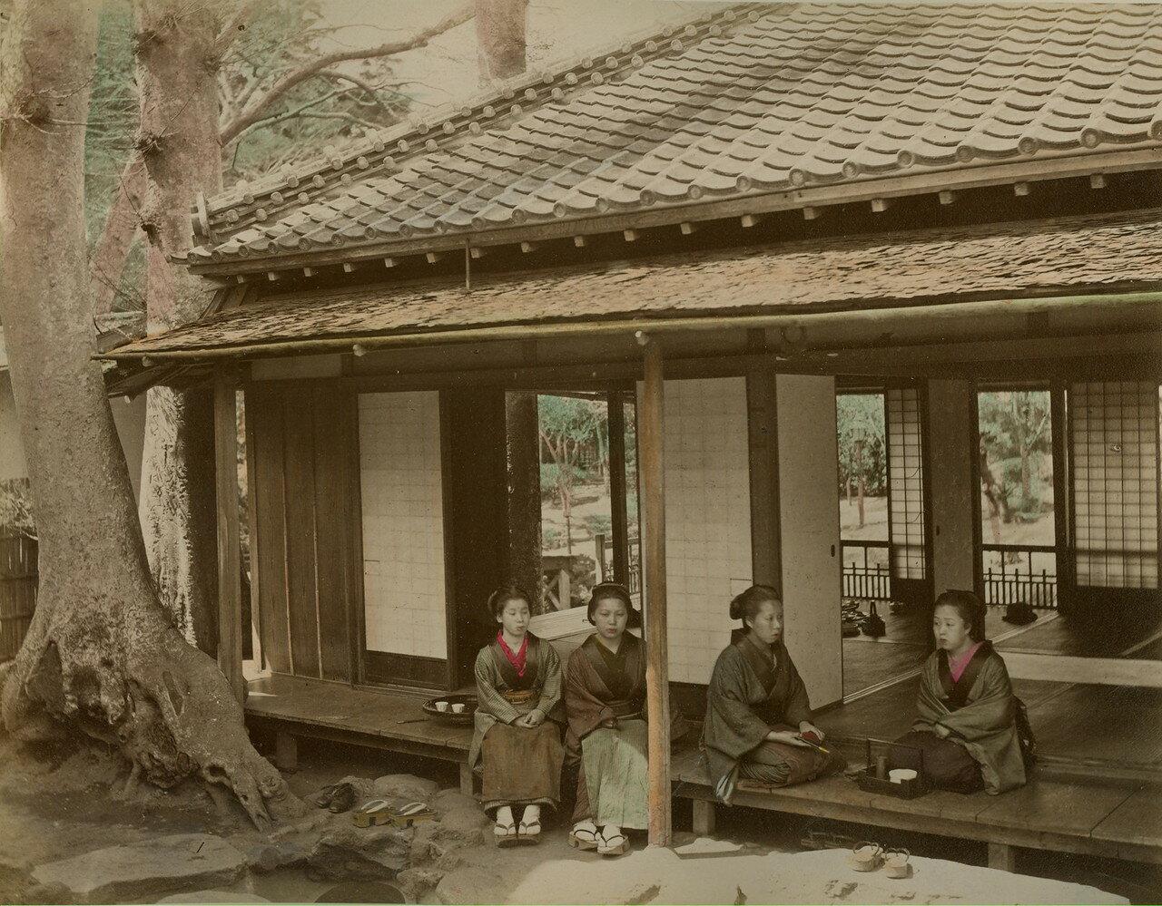 На веранде чайного домика