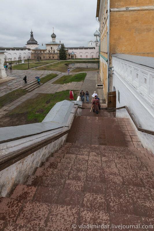 Лестница к храму Спаса на Сенях. Ростовский кремль.