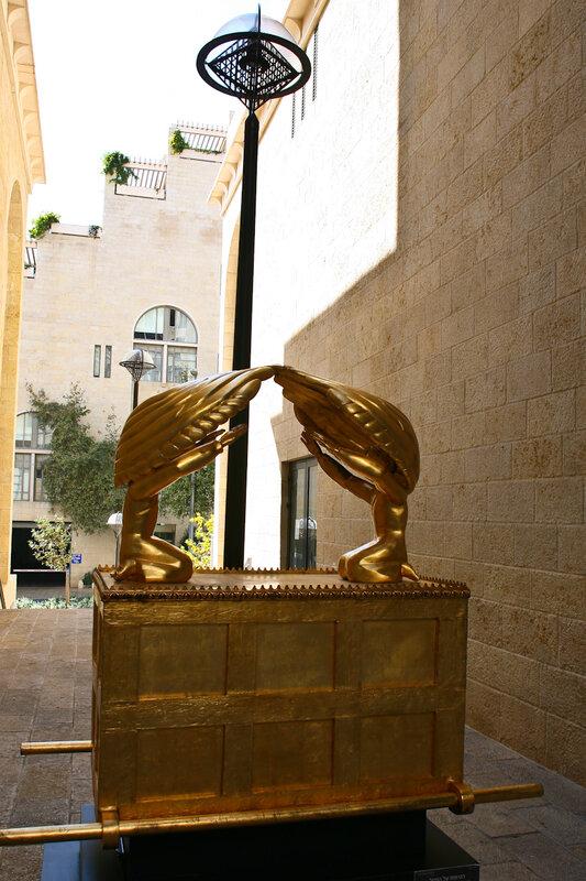 Выставка скульптур в молле Мамилла