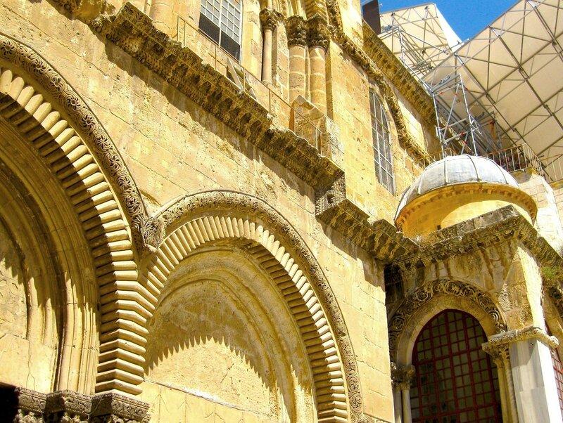 Фрагмент двух арок над главным входом в Храм Гроба Господня