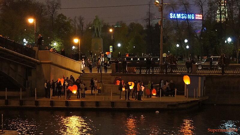 Запуск небесных фонариков на Лужковском мосту в честь празднования Halloween