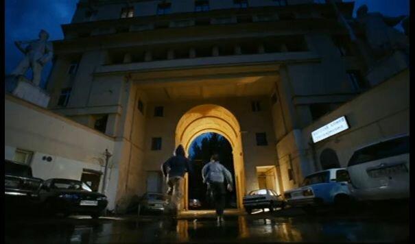 """Хитровка в кадрах из фильма """"Азирис Нуна"""". 2006 год. Стас и Костя забегают во двор дома со скульптурами на Яузском бульваре."""