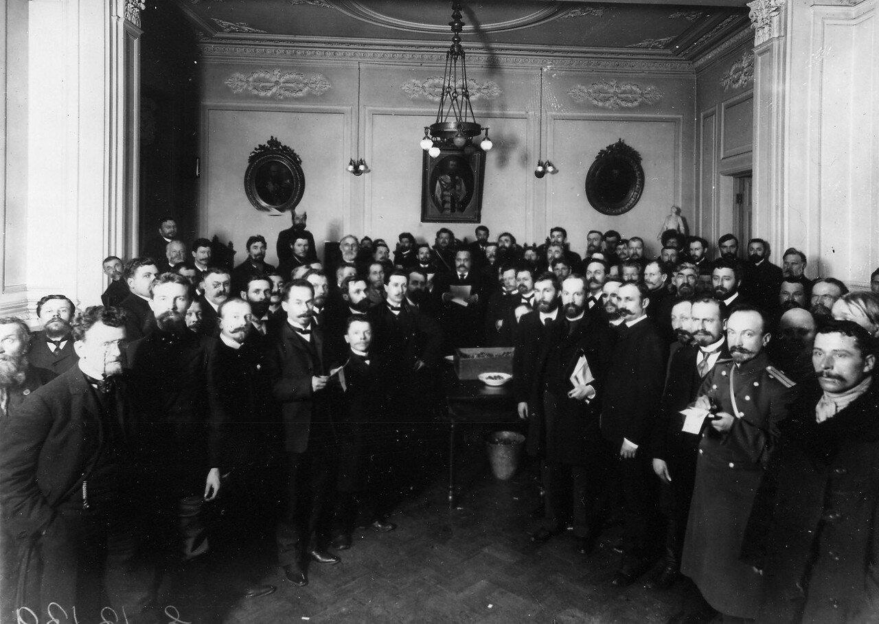 Группа избирателей депутатов в Четвертую Государственную думу у ящика с баллотировочными шарами. Октябрь 1912