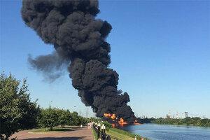 Причиной пожара на Москве-реке стала трещина в нефтепроводе