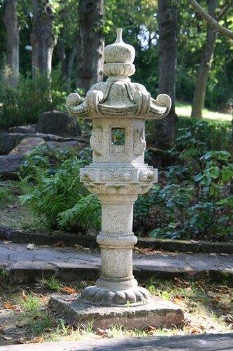 Типичный японский каменный фонарь tachidoro (立ち灯籠).