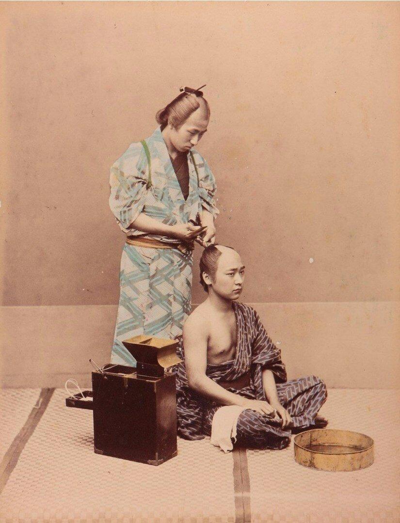 Парикмахер за работой, ок 1870.jpg