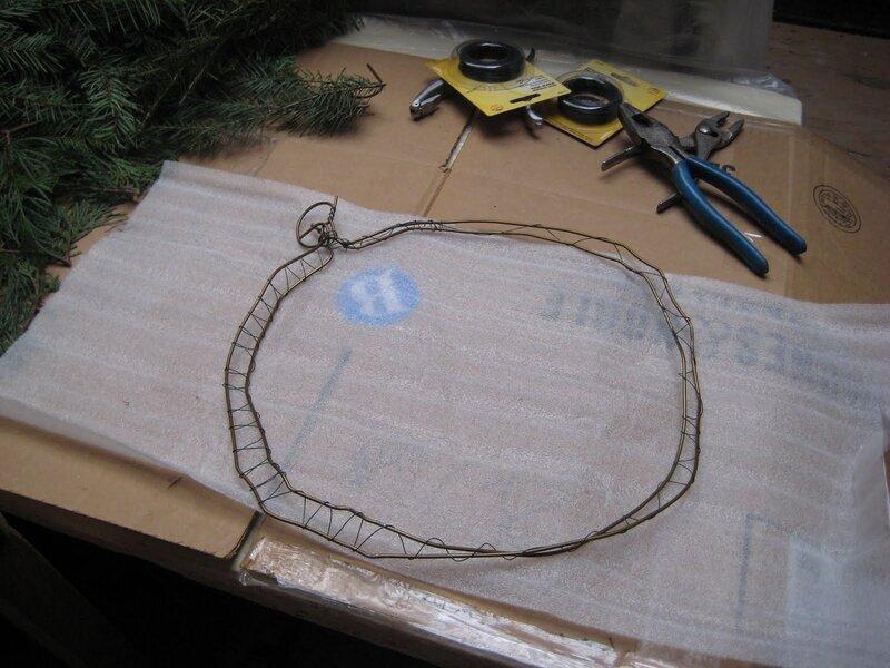 Еще одно новогоднее украшение, сделанное своими руками из природных материалов, - рождественский венок из шишек.