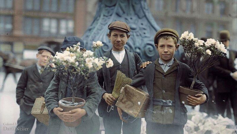Мальчики, купившие пасхальные цветы на площади Юнион в Нью-Йорке, апрель 1908 года © Dana Keller