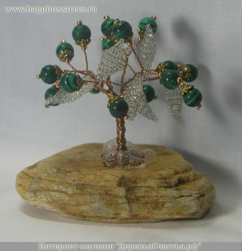 """Красоту 16 камней малахита подчеркивают листья из белого бисера.  Дерево  """"растет """" на молочном кварце."""