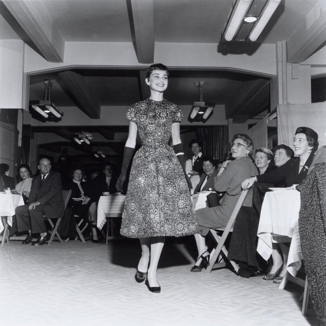 На фешн-шоу в магазине Герзон в Амстердаме. 2 ноября 1954 г.