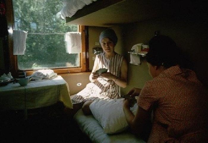 Женщины играют в карты в поезде, Транссибирская магистраль, 1966 год.