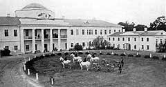 Фото дворца, сделанное в позапрошлом веке. Посреди двора — казацкие пушки и прислуга в соответствующей одежде