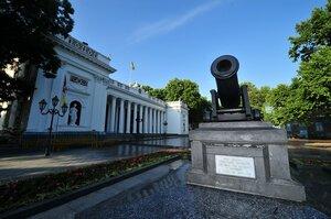 Городская дума (ранее Биржа) и пушка времен Крымской войны