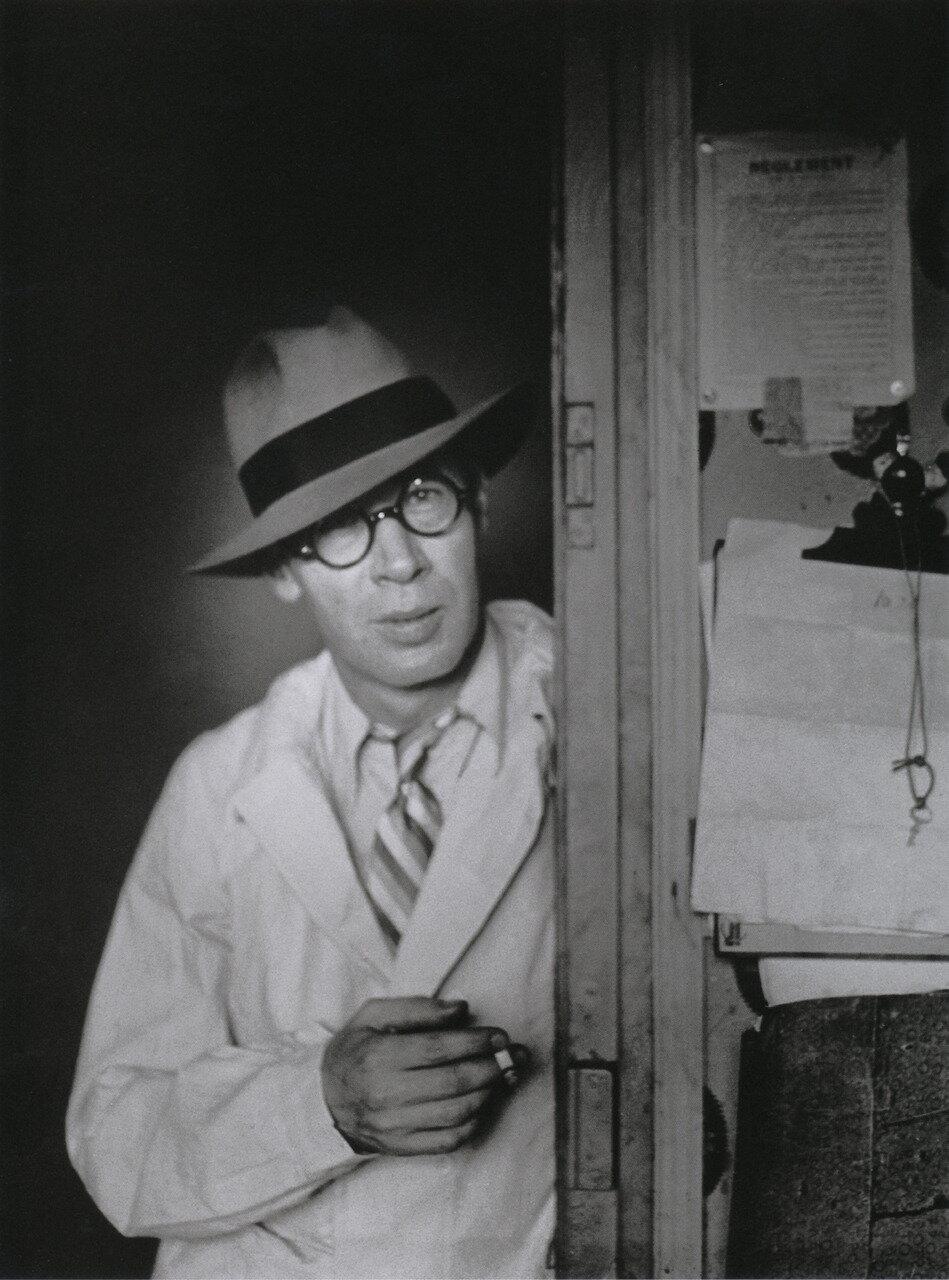 1932. Генри Миллер в шляпе стоит в дверном проеме «Hotel de la Terrasse»