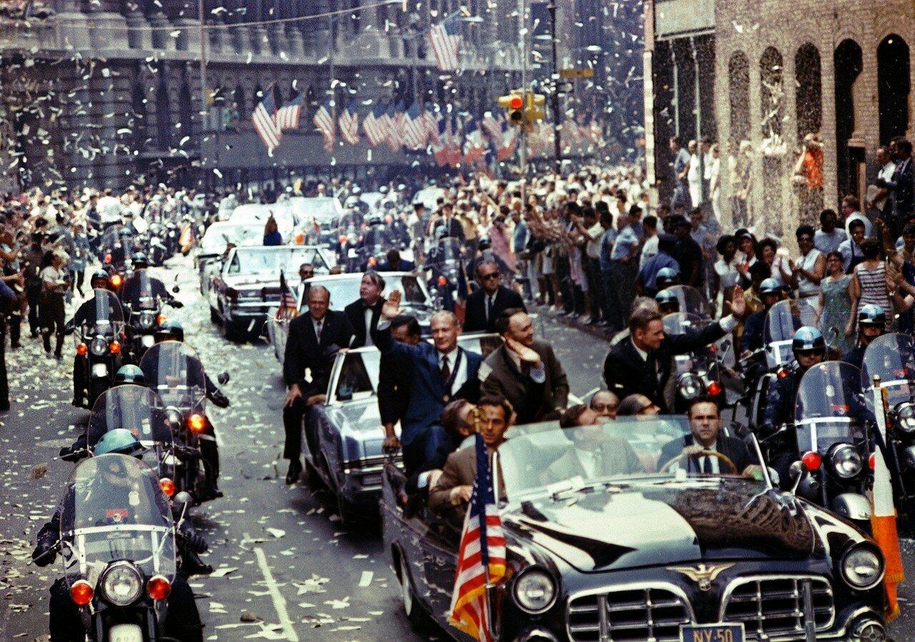 13 августа Нил Армстронг, Эдвин Олдрин и Майкл Коллинз на президентском самолёте совершили из Хьюстона блиц-турне по трём городам США. В 3-часовых торжествах в Нью-Йорке приняли участие в общей сложности 4 млн человек