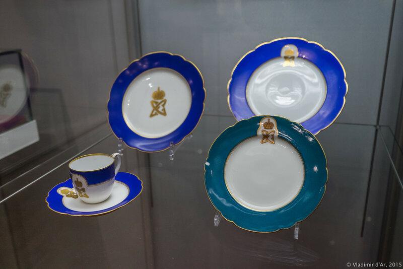 Тарелки из сервиза великокняжеской четы с монограммами великого князя и великой княгини. Фарфор.