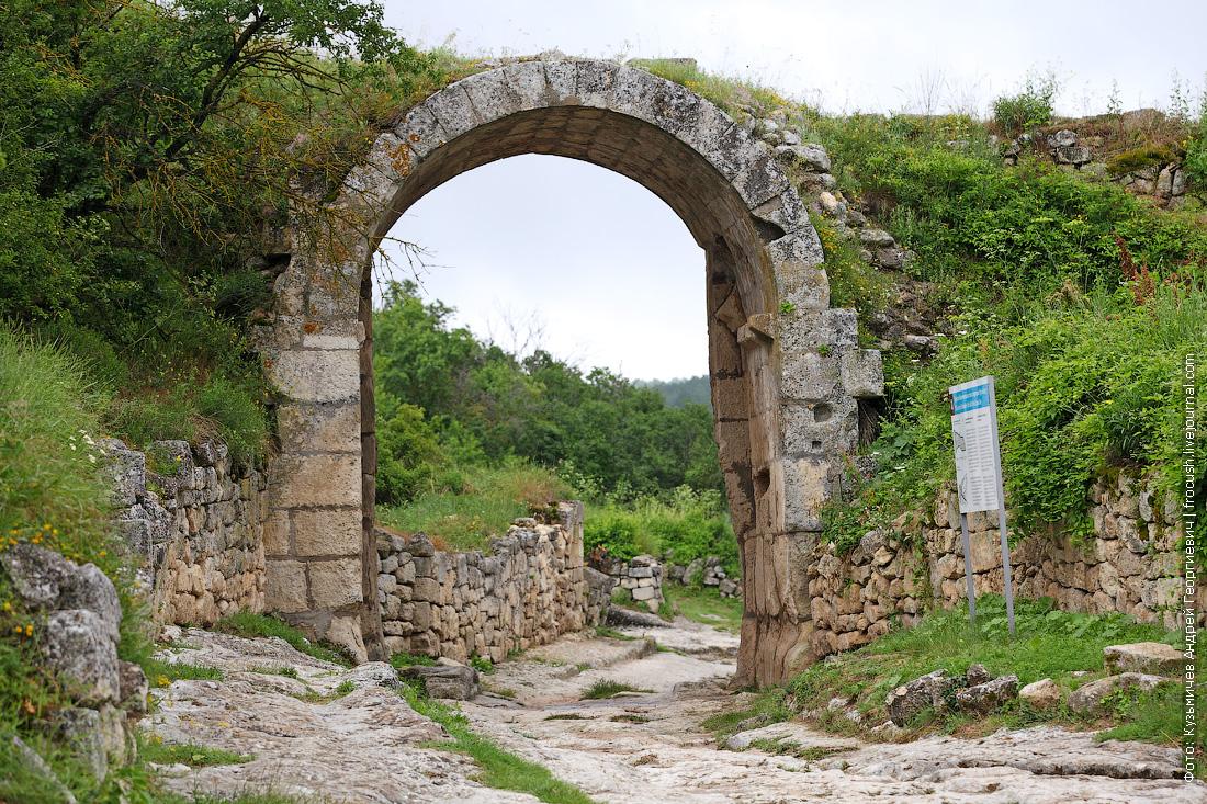 Крым Чуфут-Кале средняя оборонительная стена с воротами Орта-Капу