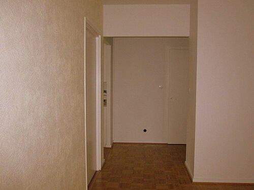 Чтобы поместить его в пустой промежуток, рядом с которым две несимметричные двери