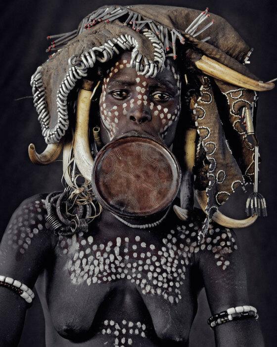 Женщина из племени Мурси. Автор фото Джимми Нельсон (Jimmy Nelson).