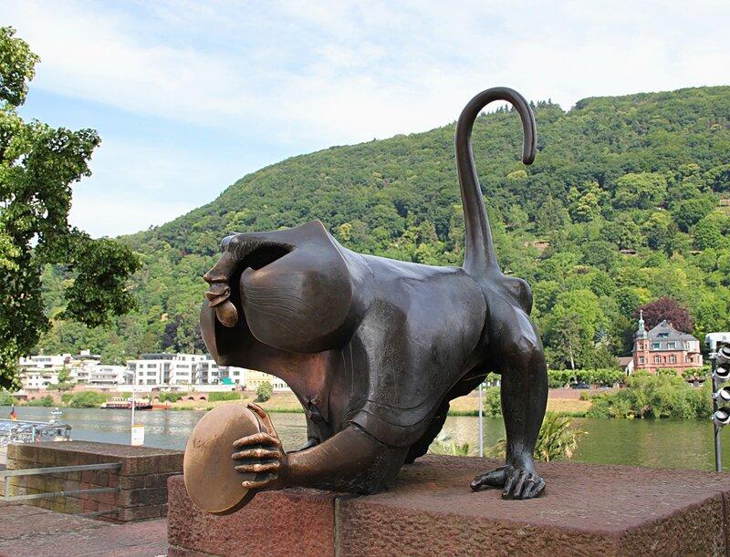 Памятник обезьянке