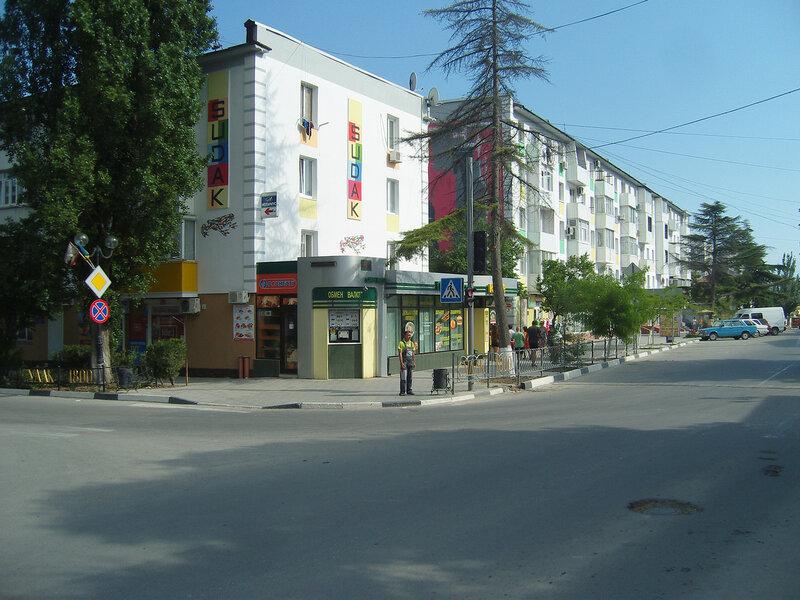 образцово отделанные многоэтажки в городе Судак