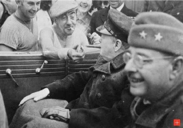 фото Ньюман. Французский рабочий помогает прикурить Уинстону Череллю. Шербур, 1944.jpg