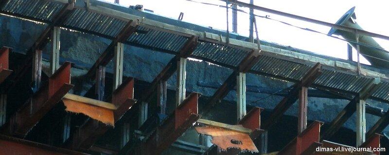 Откололся бетон на мосту через б.Золотой Рог после пожара. 13-12-2011г