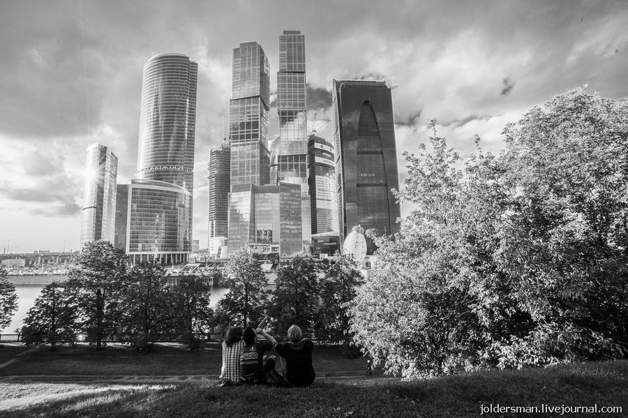 молодежь напротив москва-сити