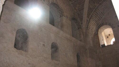В полукруглой части центрального нефа находился синтронон с рядом мест для священников, кафедрой епископа и нижней галереей. Центральный неф отделён от боковых приделов сводчатыми галереями. Крышу церкви изначально венчал купол, во время реставрации заменённый сводом.