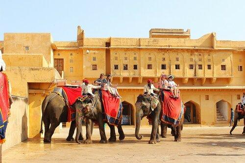 Остановка такси уже в крепости