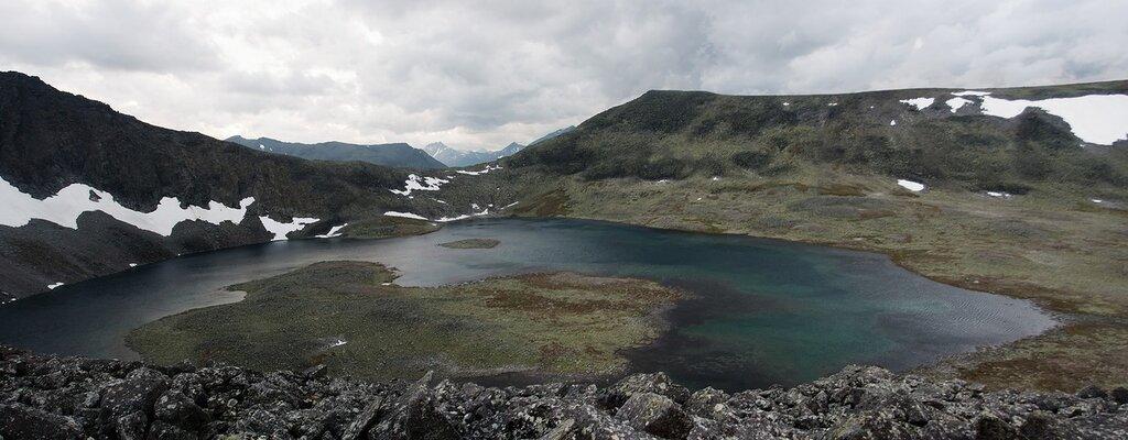 Вид на перевал Кар-Кар и озеро Бублик со склона горы Народной. Вдали виднеется Манарага
