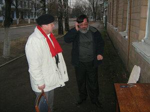 Олег Андрєєв, учень Н.Г.Рахліна та Ігор Лисенко, онук Н.Г.Рахліна перед встановленням меморіальної дошки