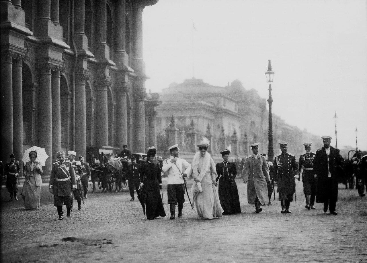 На Дворцовой набережной после приёма в Зимнем Дворце депутатов I Государственной Думы. 27 апреля 1906