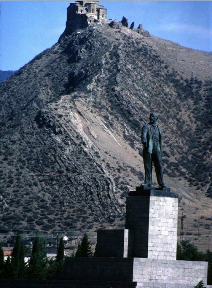 Грузия. Статуя Ленина около Крестового монастыря