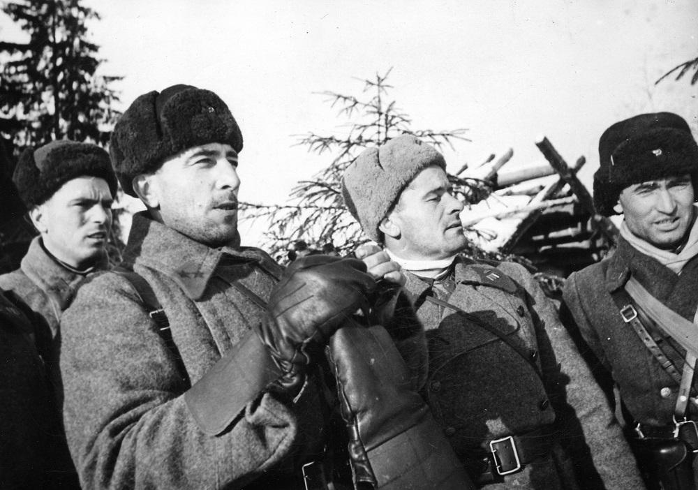 17-1 Командир 4-й танковой бригады генерал-майор М.Е. Катуков на наблюдательном пункте во время битвы за Москву.jpg