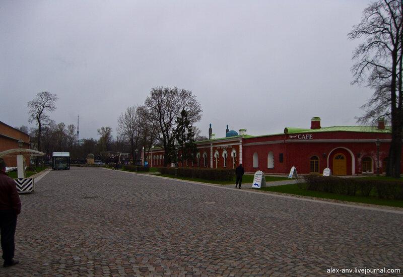 Петропавловская крепость. Над зданиями Иоанновского равелина виднеются шпили Санкт-Петербургской соборной мечети.
