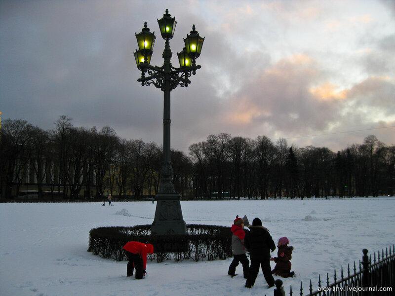 Впрочем некоторым было интереснее поиграть в снежки за сценой.
