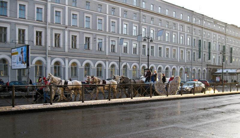Вот сани, запряжённые шестёркой лошадей, на которых вечером поедет Дед Мороз. А пока их неспешно выдвигают на исходную позицию к Греческой площади.