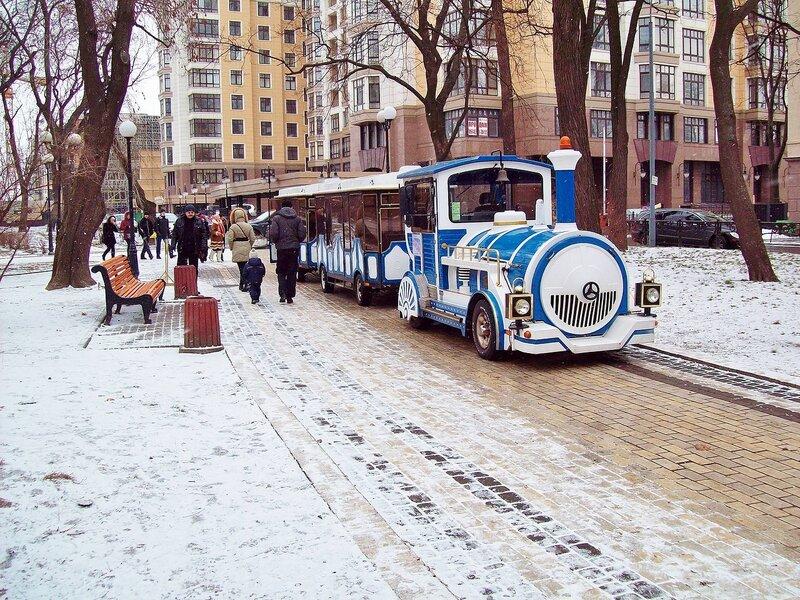 Экскурсионный паровозик в Мариинском парке